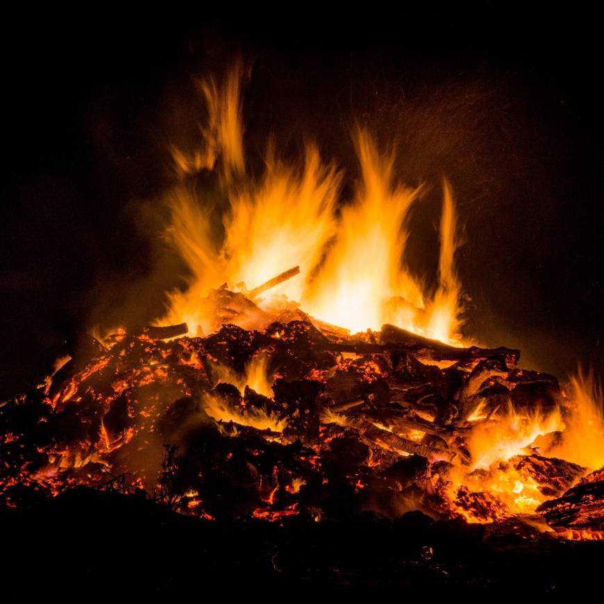 bonfire-burning-dark-9334.jpg